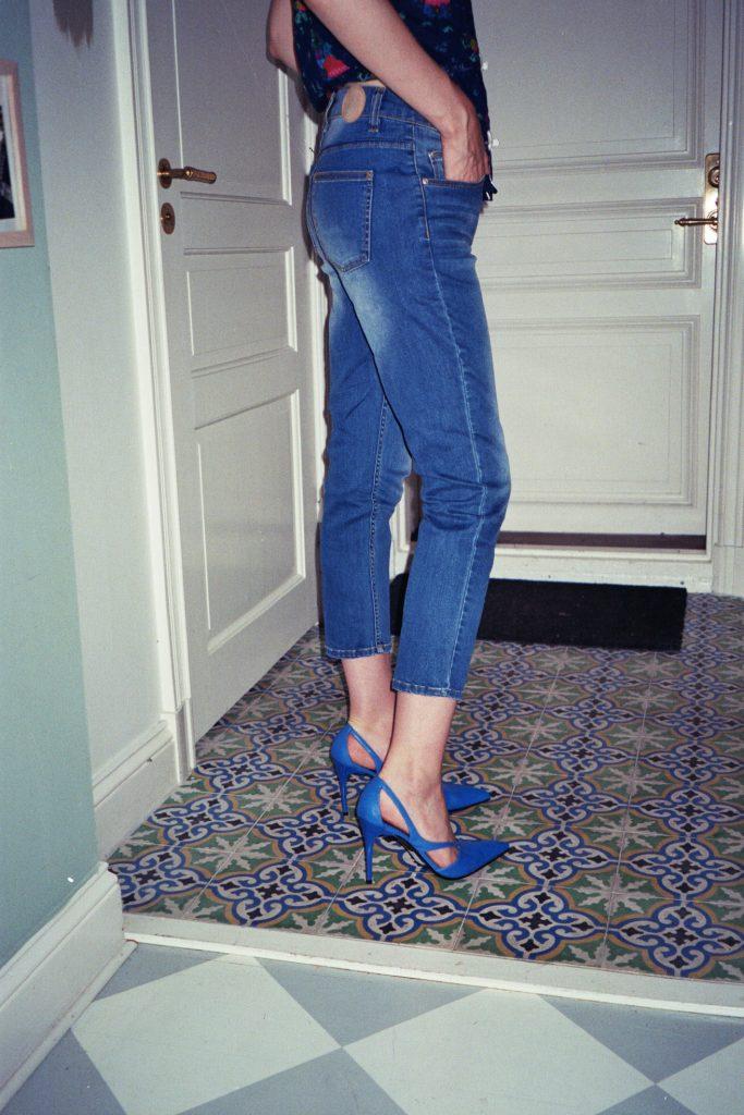 Chloe Hill wearing Res denim boyfirend jeans in stockholm sweden - travel posts